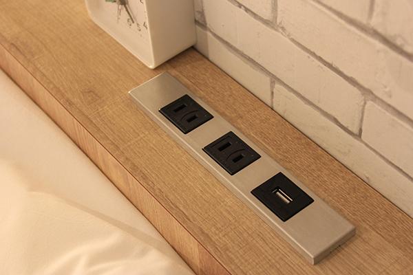 ベッドすぐ側にコンセント