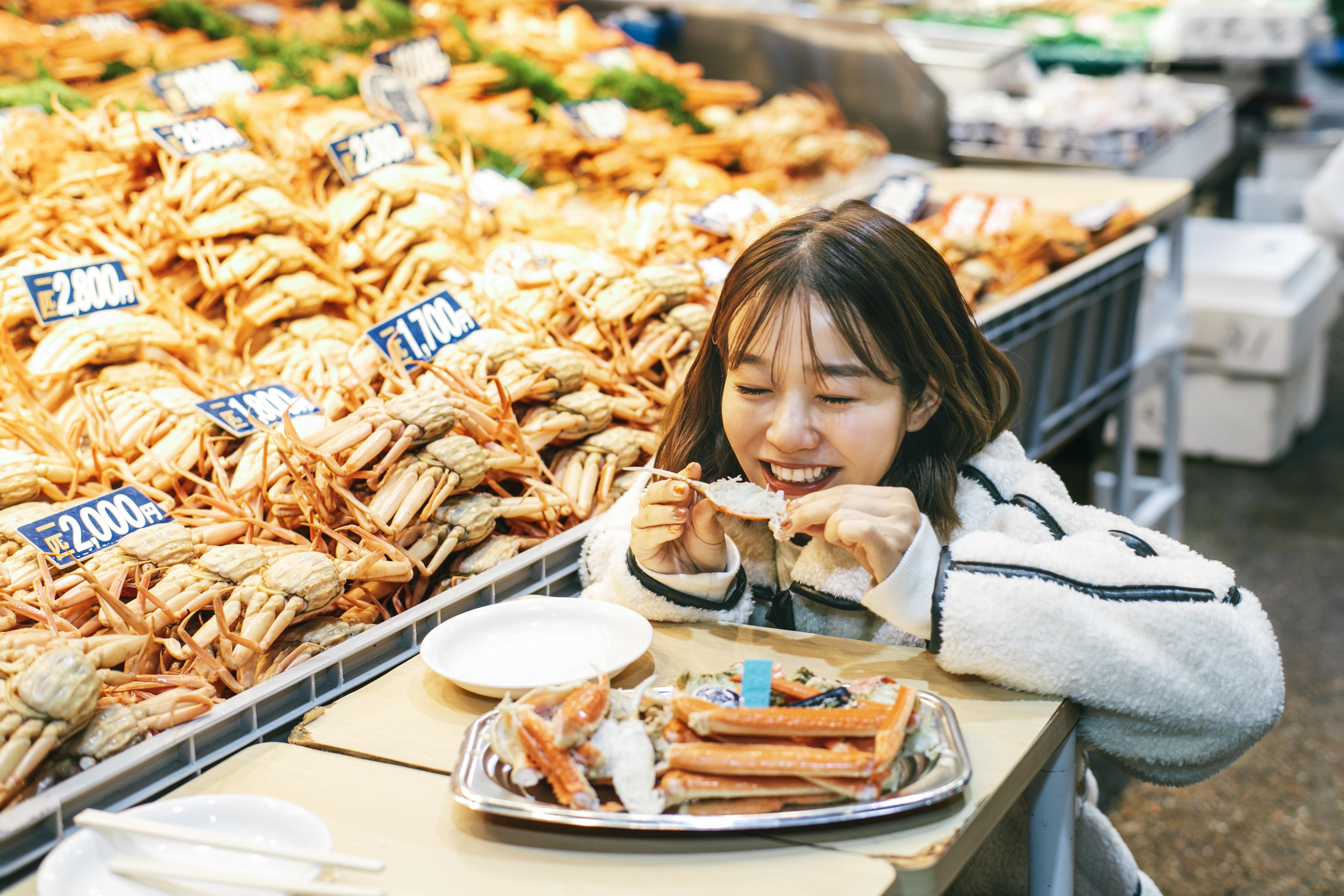 美味しすぎるかにをたっぷり食べて、幸せそうな猪鼻さん。北陸のかには、人を笑顔にするごちそうです