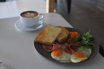「AIEN COFFEE&HOSTEL」 料理 96158040 カフェラテとAIEN PLATE