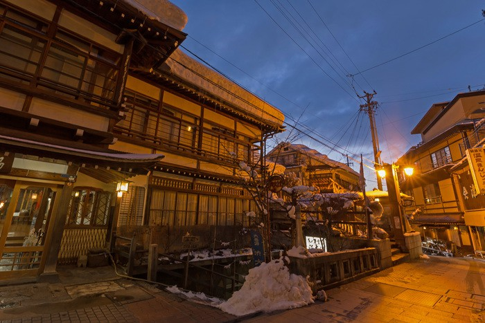 日本 長野 渋温泉街の石畳 The wooden building where Japanese Nagano Shibu Onsen is old